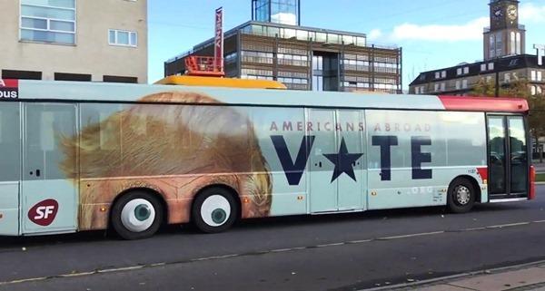 llamativo autobus con la cara de donald trump