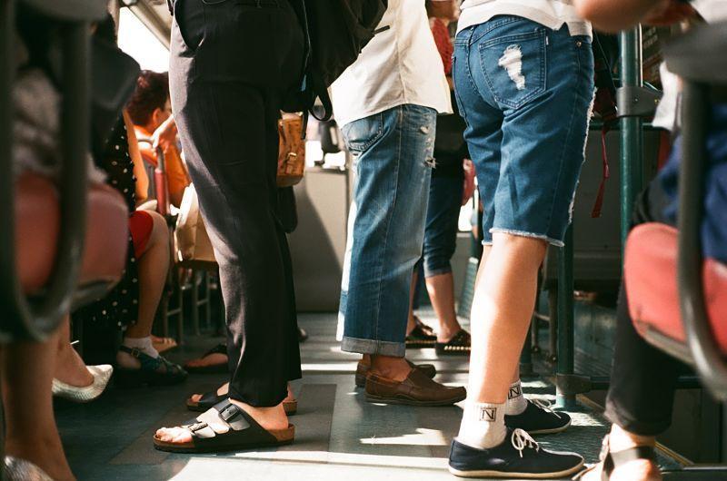 Gente en el autobús