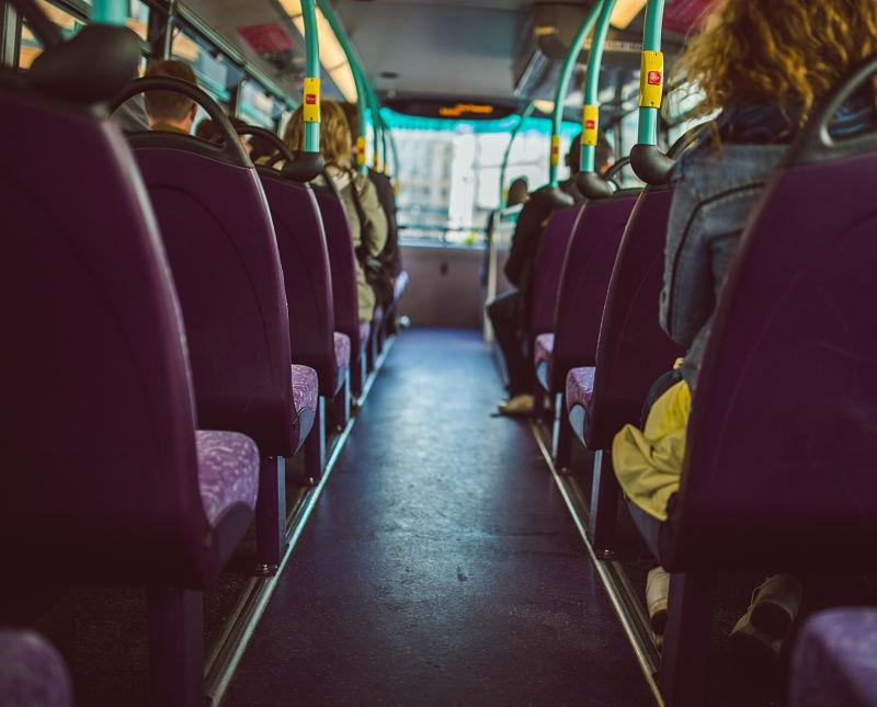Interior bus con gente