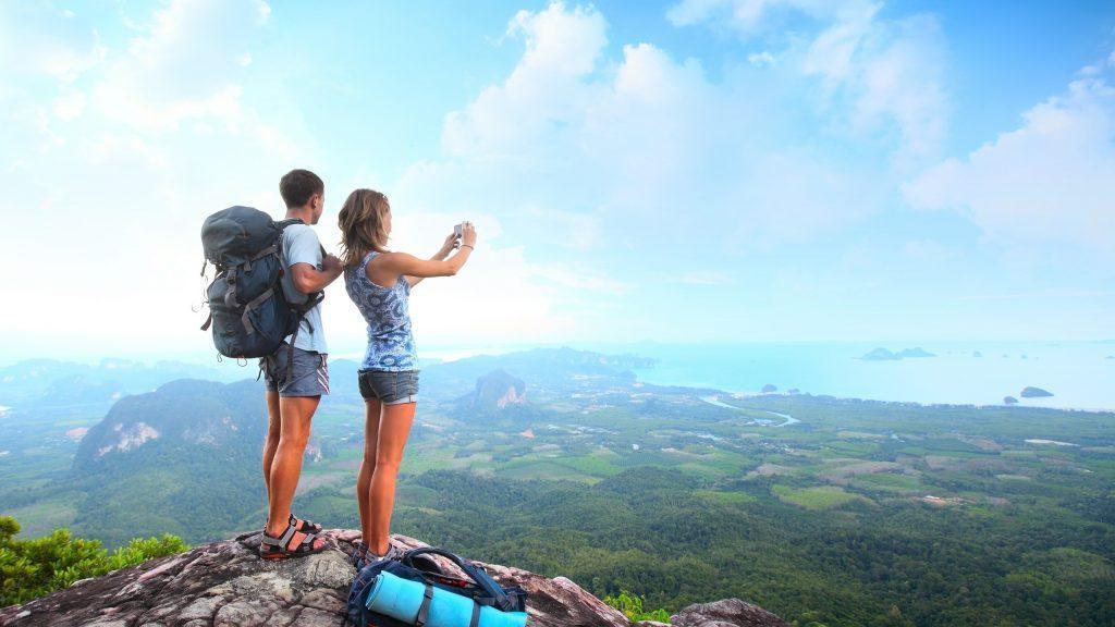 Gente haciendo foto paisaje